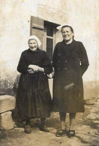 avec sa maman à Kervarch, pdt la guerre