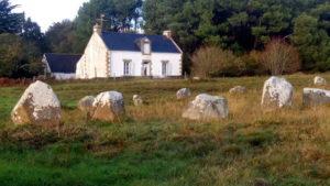 La maison et les menhirs