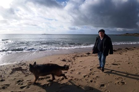 un homme et son chien à la plage