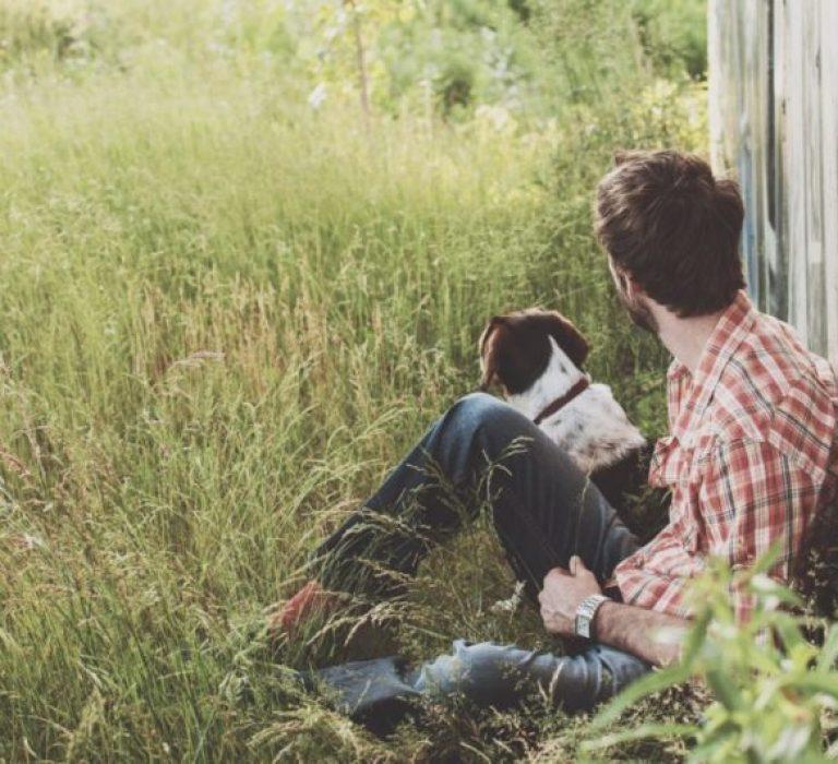 complicité entre un homme et son chien